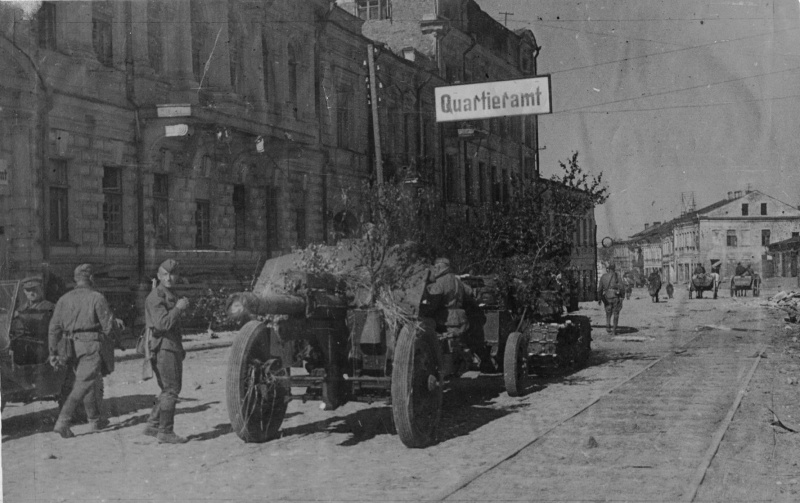 Советский тягач транспортирует 122-мм гаубицу М-30 по улице Фрунзе в освобожденном Витебске.