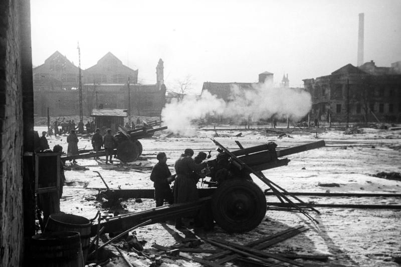Батарея советских 122-мм гаубиц М-30 ведет огонь по противнику в Будапеште.