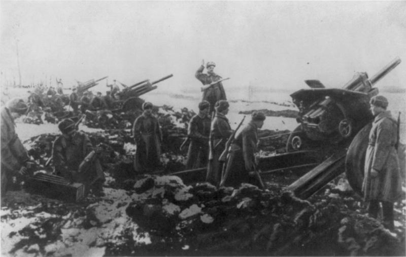 Батарея советских 122-мм гаубиц М-30 под Москвой ведет огонь.