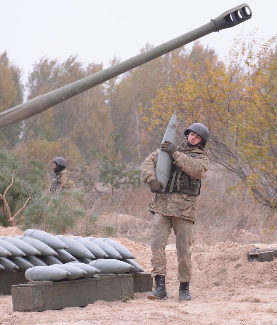 152-мм снаряд гаубицы 2А65 «Мста-Б» в руках солдата