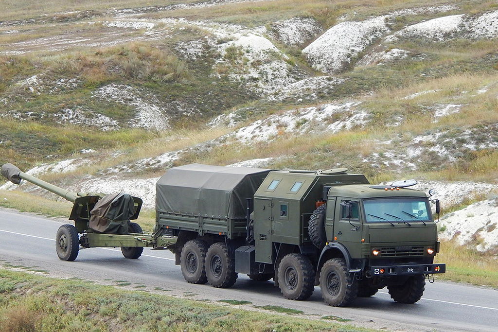 Артиллерийский тягач «Медведь» на базе шасси КамАЗ-63501 буксирует 152-мм гаубицу 2А65 «Мста-Б»