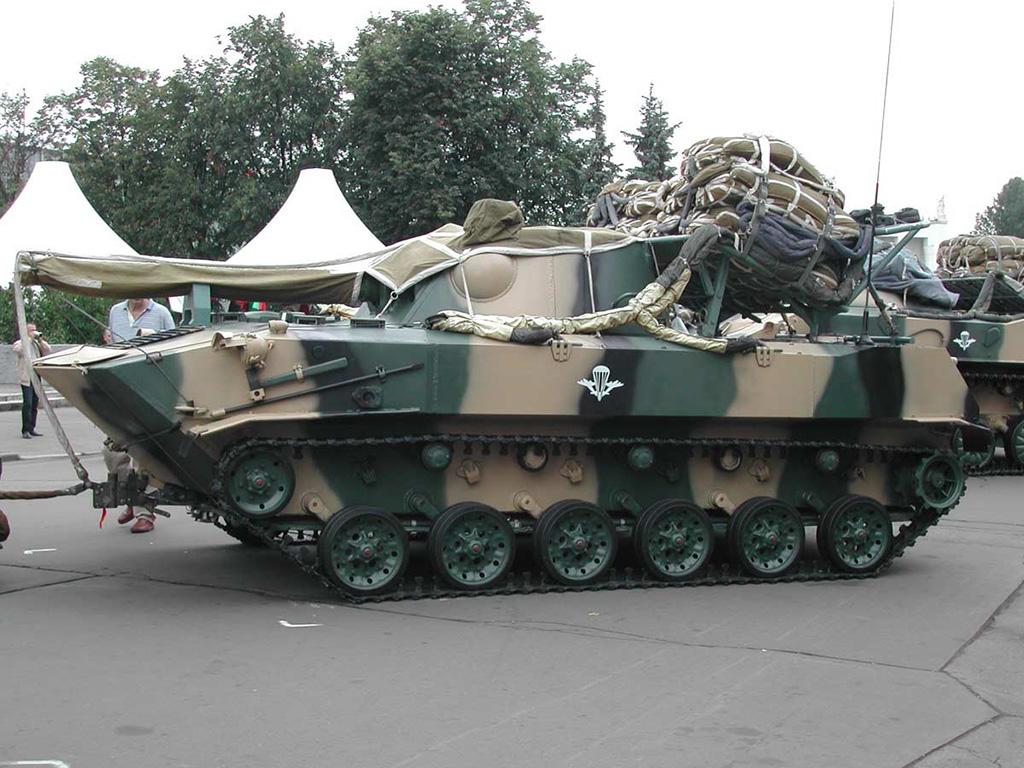 2С9 Нона-С подготовленной к десантированию из самолета. Выставка сухопутных войск МСВС-2006 в Москве 2006 года.