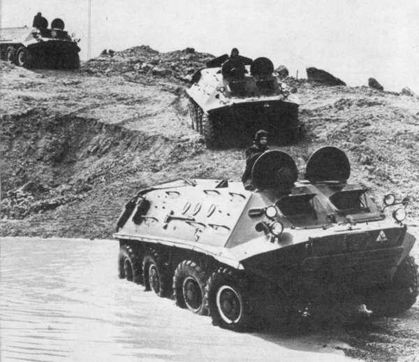 БТР-60ПА преодолевают водную преграду