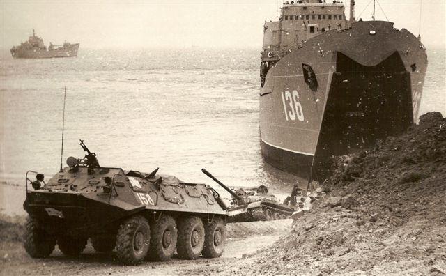 Десантирование БТР-60П из десантного корабля