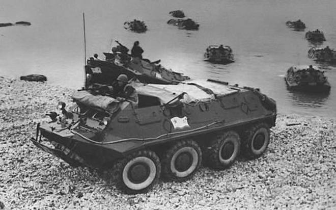 Выезд из воды БТР-60П морской пехоты