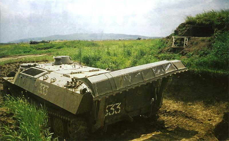 МТ-ЛБ с устройством для самоокапывания на позиции боевого охранения