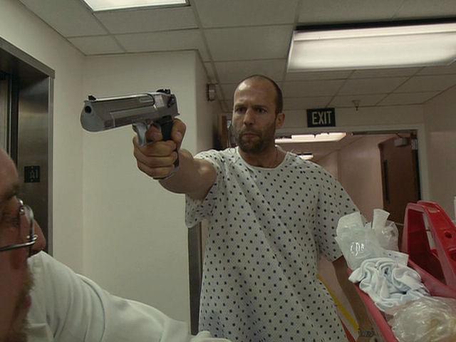 Джейсон Стэйтем с пистолетом Desert Eagle («Орел пустыни»)