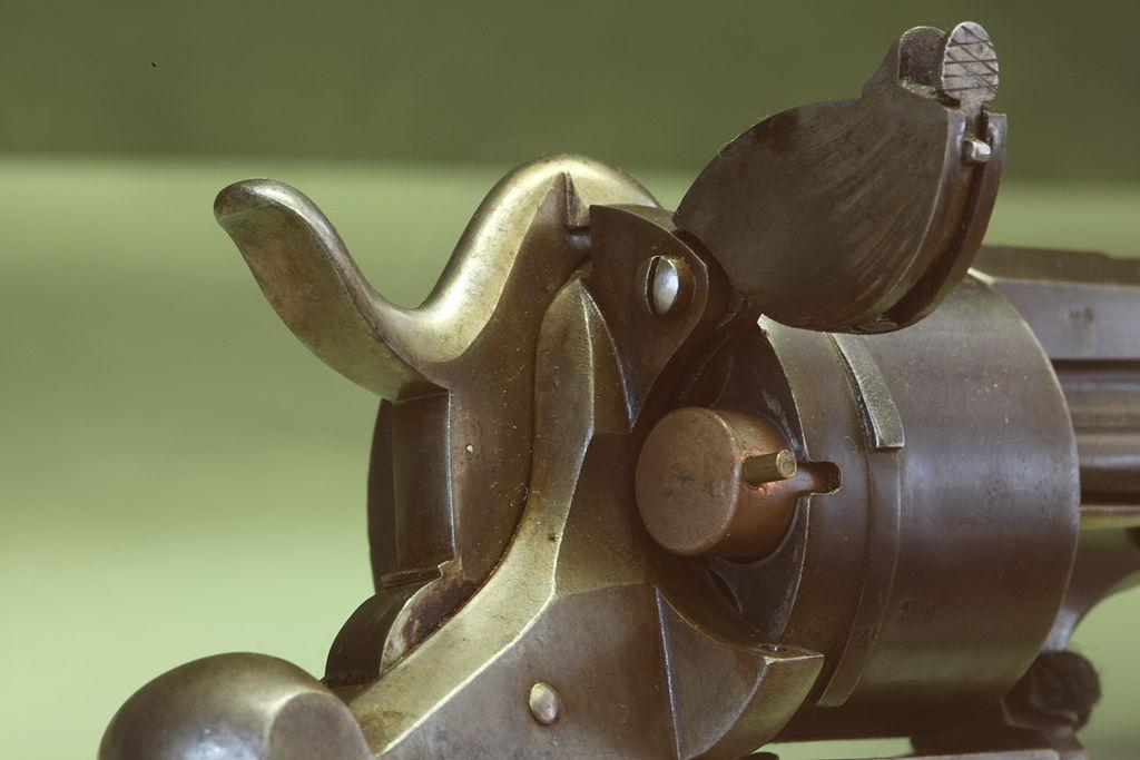 Вариант револьвера Лефоше, оснащаемый шпилечным патроном