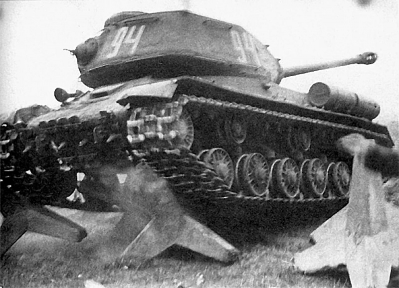 Танк ИС-2 преодолевает бетонные противотанковые «ежи». Восточная Пруссия, 3-й Белорусский фронт, январь 1945 г.