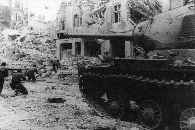 Танк ИС-2 Героя Советского Союза гвардии капитана Ф.А. Липаткина поддерживает пехоту в бою на берлинской улице.