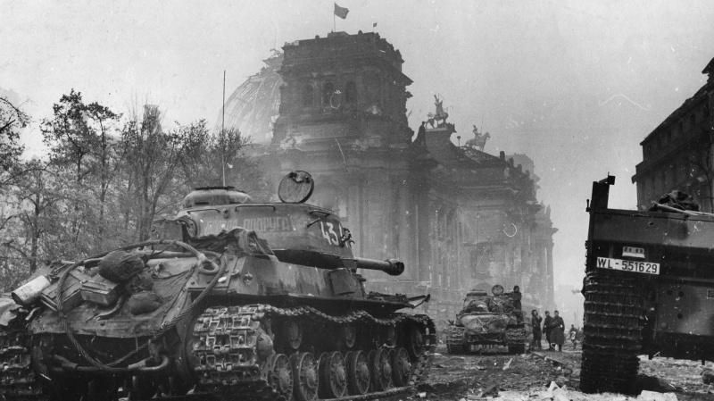 Советские танки ИС-2 7-й гвардейской танковой бригады у Рейхстага. На переднем плане — танк № 434 «Боевая подруга».
