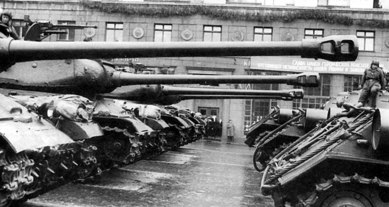 Танки ИС-2 в Москве на улице Горького (сейчас — Тверская) перед вступлением на Красную Площадь во время парада в честь Победы 24 июня 1945 года.