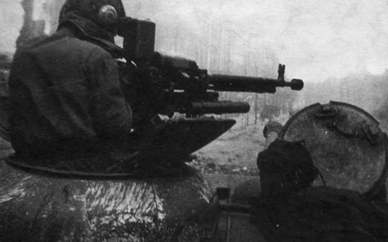 Установленный на танке ИС-2 крупнокалиберный пулемет ДШК используется для уничтожения солдат противника
