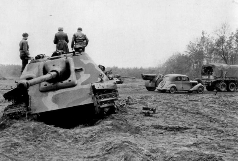 Советский офицер осматривает подбитую в Восточной Пруссии немецкую САУ «Ягдпантера»