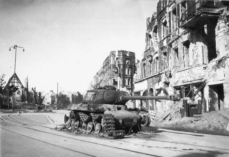 Советский танк ИС-2 №537 лейтенанта Б.И. Дегтярева из состава 87-го отдельного гвардейского тяжелого танкового полка, подбитый у Штригауер-плац
