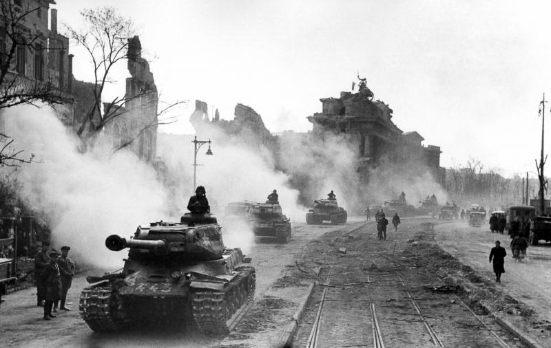 Советские тяжелые танки ИС-2 из 7-й Гвардейской отдельной тяжелой танковой бригады в Берлине.