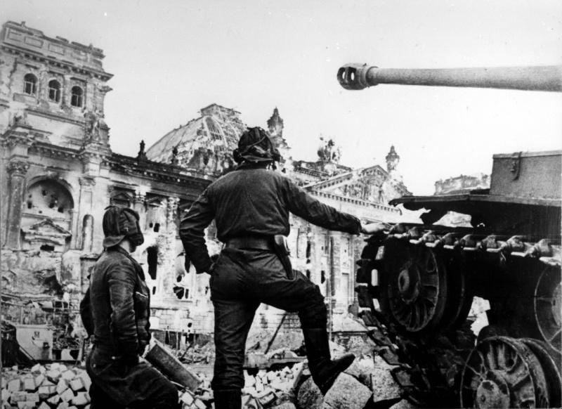 Экипаж советского тяжелого танка ИС-2 у здания поверженного Рейхстага