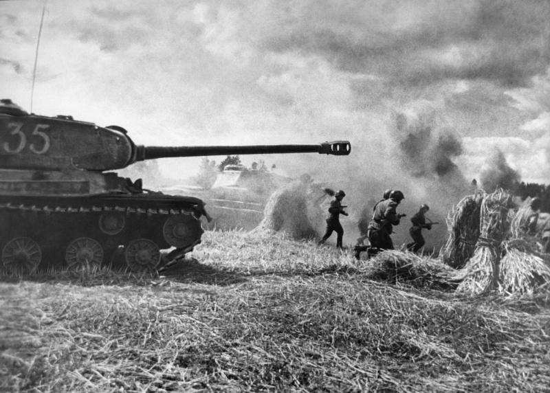 Красноармейцы в сопровождении тяжелых танков ИС-2 идут в атаку