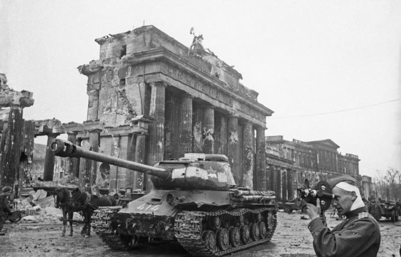 Фронтовой кинооператор Роман Лазаревич Кармен (1906—1978) ведет съемку рядом с танком ИС-2