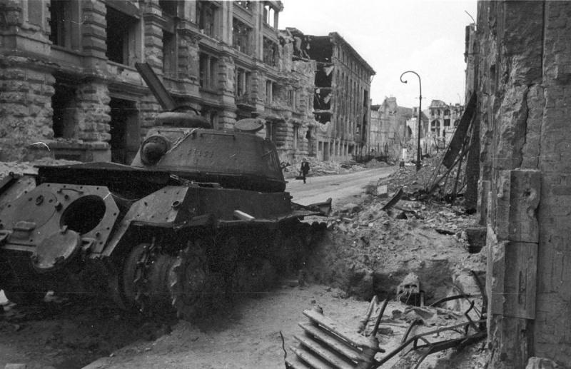 Подбитый советский тяжелый танк ИС-2 на Беутштрассе (Beuthstraße) в Берлине