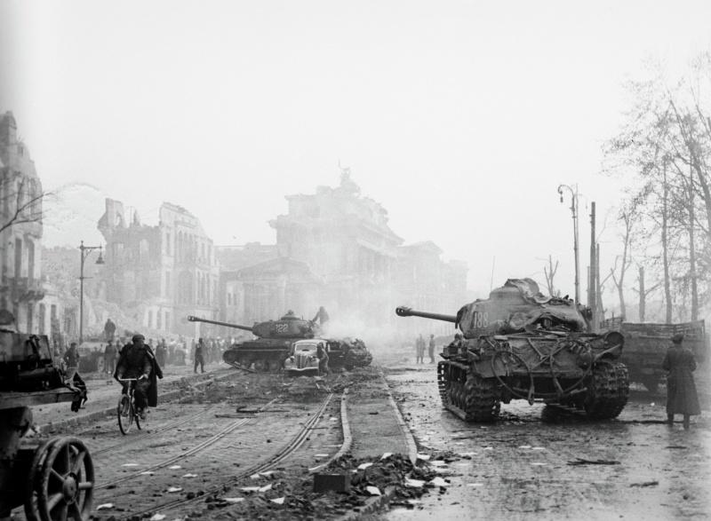 Советские танки ИС-2 на Герман-Геринг-Штрассе (Hermann-Göring-Straße) в Берлине.