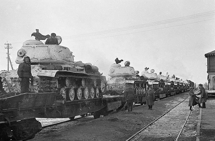 Эшелон с танками ИС-2 у разъезда Дубосеково, зима 1945