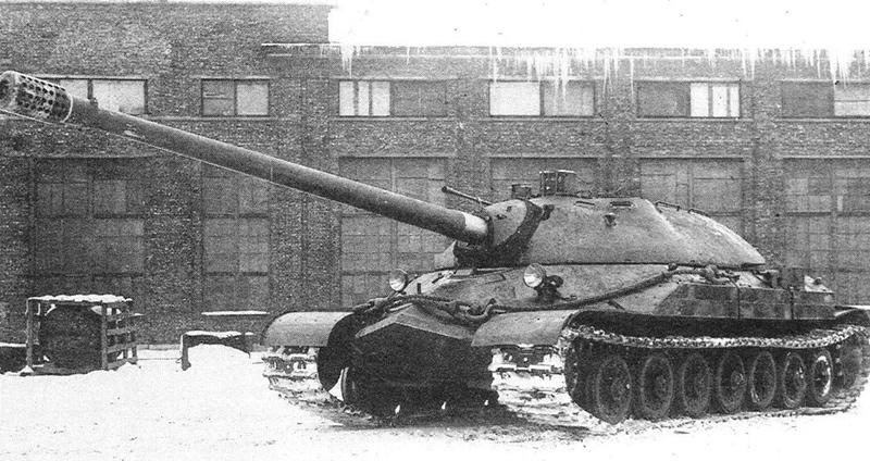 Опытный образец 1948 года во дворе завода. На этой машине отсутствуют пулеметы в корме башни и зенитная установка
