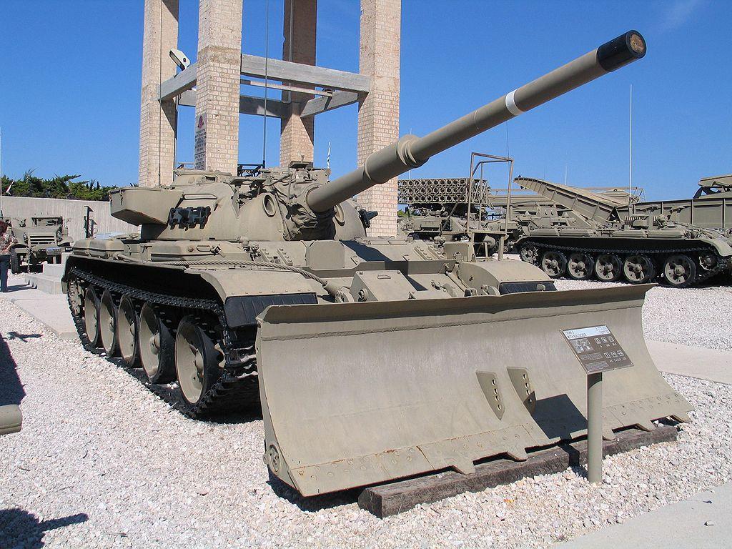 Модифицированный в Израиле Т-54/Т-55. Отличался 105-мм нарезным орудием L7