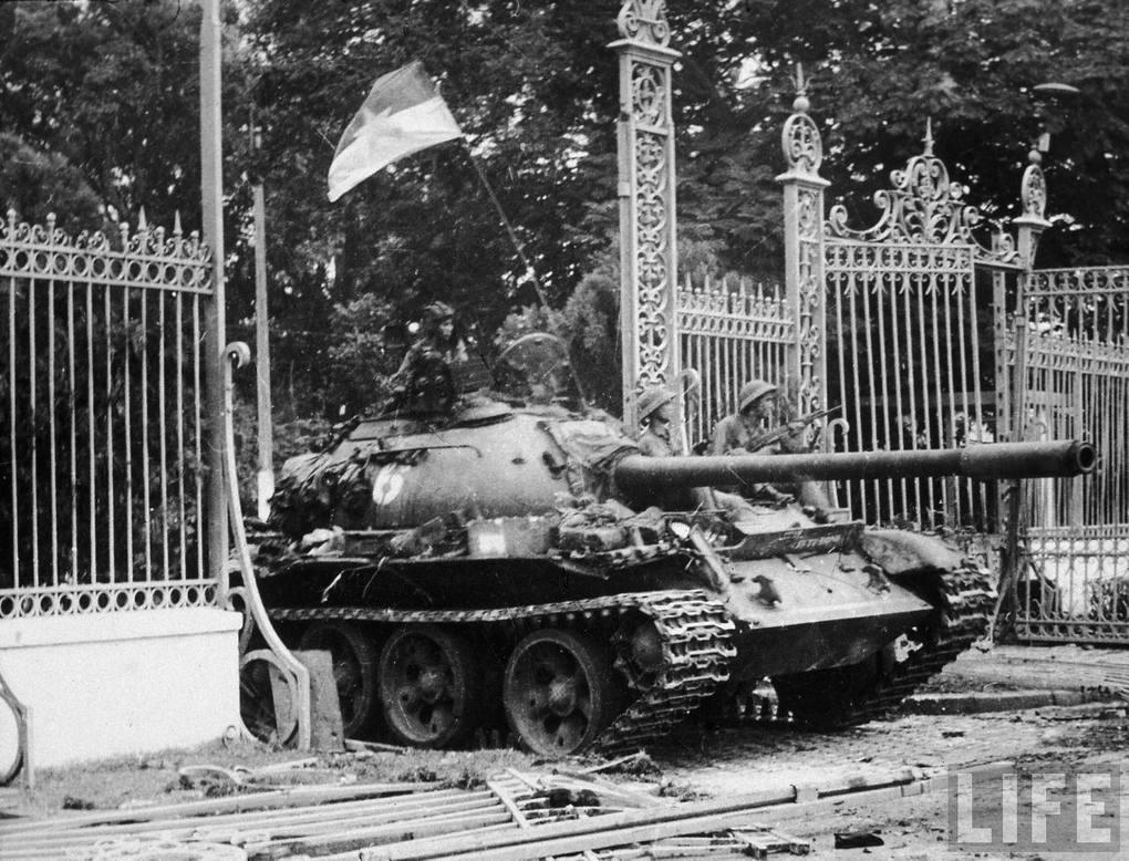 Северовьетнамский Т-54Б №833 из 202-й бронетанковой бригады въезжает во двор Президентского дворца в Сайгоне, 30 апреля 1975 г.