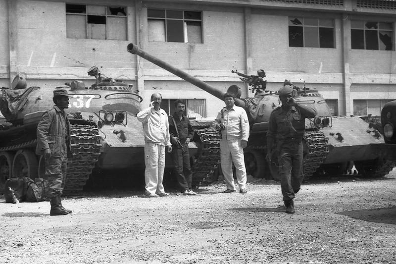 Лётчики из состава советского 110-го военно-транспортного авиационного полка позируют на фоне танков Т-54 ангольской армии; Луанда (?); 1980-е годы