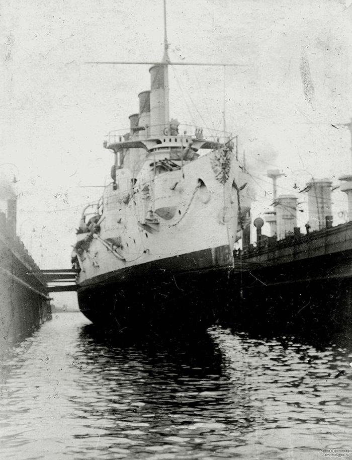 Бронепалубный крейсер I-го ранга 'Аскольд' в плавучем доке фирмы 'Блом унд Фосс' в Гамбурге, 1901 год'