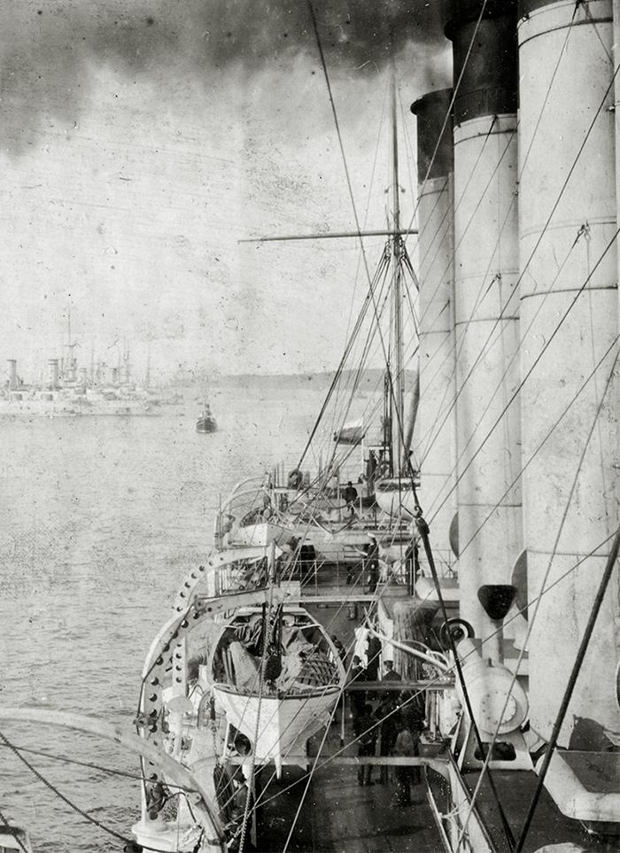 Бронепалубный крейсер I-го ранга 'Аскольд' в Кильской бухте, 1901 год.