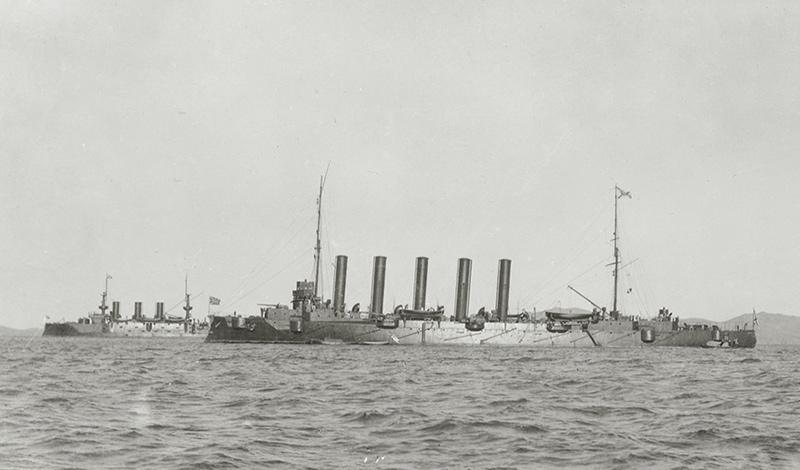Крейсер «Аскольд» на рейде Порт-Артура в 1904 (на заднем плане - броненосец 'Пересвет')