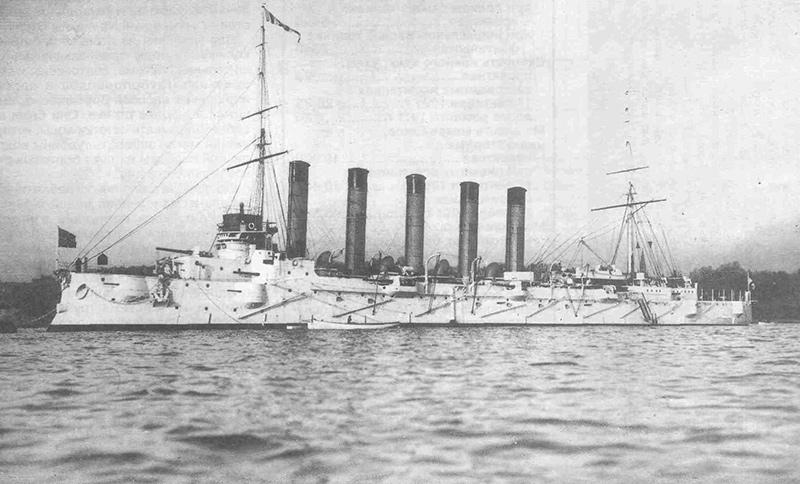 Крейсер «Аскольд» с поднятыми Андреевским флагом, гюйсом и вымпелом