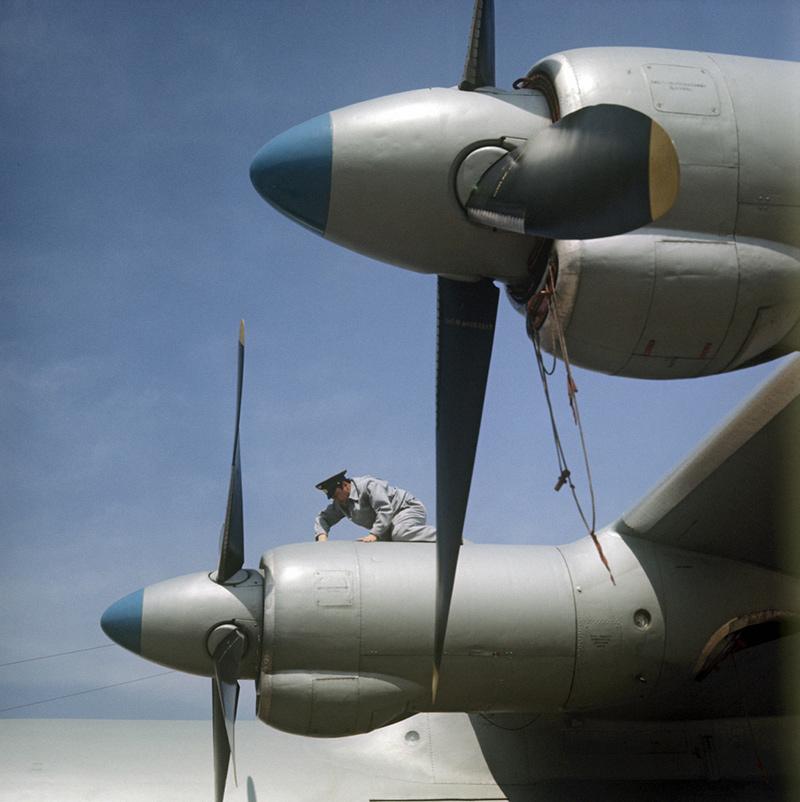 Подготовка АН-12 к полёту