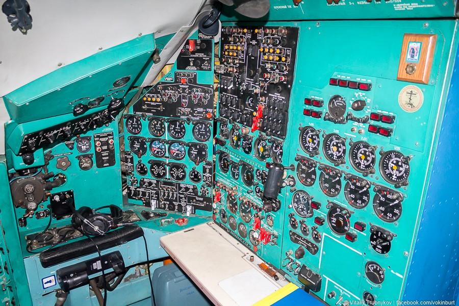 Рабочее место бортинженера Ан-22 «Антей»