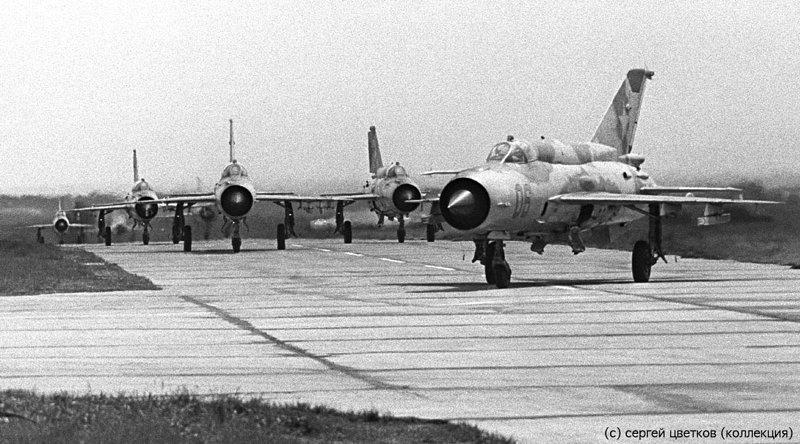 Группа МиГ-21бис выруливает на взлёт