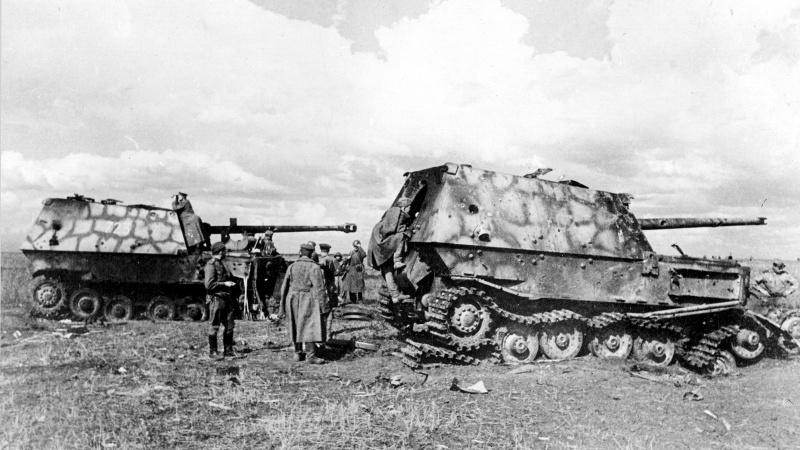 Советские бойцы и командиры осматривают немецкие САУ «Фердинанд», подбитые на Орловском участке фронта