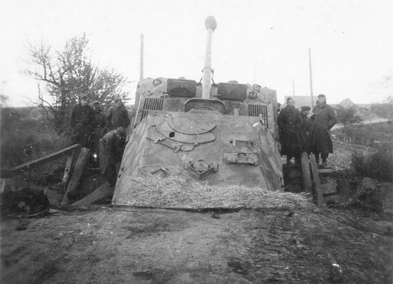 Немецкая САУ «Фердинанд», провалившаяся на деревянном мосту в районе Никополя (Днепропетровская область, Украина).