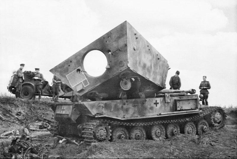 Немецкая САУ «Фердинанд» из состава 653-го батальона, разрушенная внутренним взрывом. Курская дуга, полоса обороны 70-й армии, лето 1943 г.