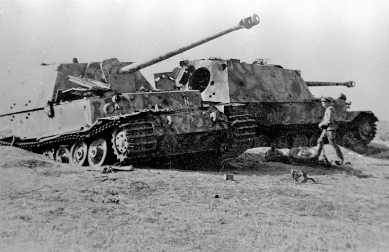 Истребители танков «Фердинанд» Sd.Kfz.184 (8,8 cm PaK 43/2 Sfl L/71 Panzerjäger Tiger (P) штабной роты 654-го батальона тяжёлых истребителей танков (Schwere Panzerjäger-Abteilung 654) вермахта, подбитые 15-16 июля 1943 года в районе станции Поныри