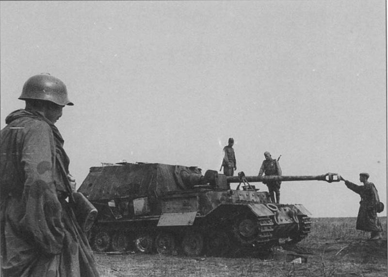 Советские солдаты осматривают подбитую в ходе Курской битвы немецкую тяжёлую самоходно-артиллерийскую установку класса истребителей танков «Фердинанд» (Ferdinand)