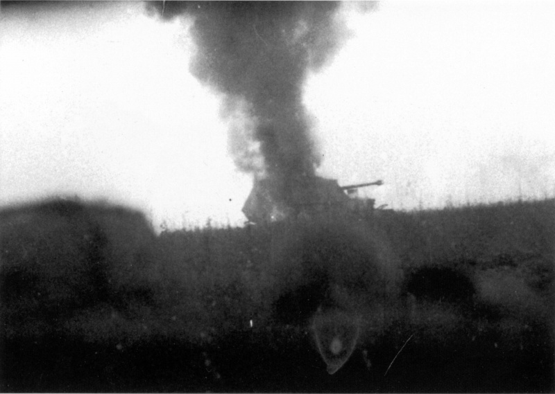 Горящая немецкая САУ «Фердинанд» из состава 656-го полка на Орловском фасе Курской дуги