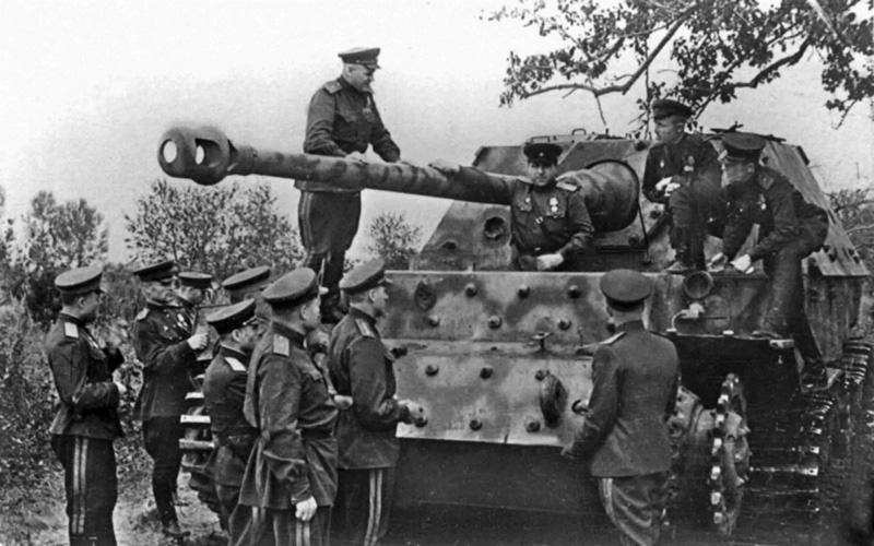Рокоссовский c офицерами осматривают подбитую немецкую САУ Фердинанд.