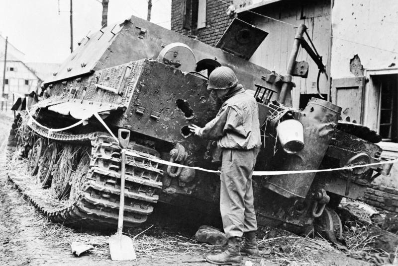 Немецкая САУ «Штурмтигр» (38 cm RW61 auf Sturmmörser Tiger), подбитая на улице поселка Оберембт (Oberembt).