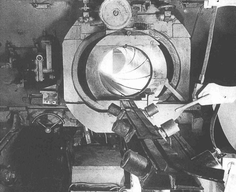 Вид на боевое отделение «Штурмтигра», захваченного британскими войсками весной 1945 года. Замок 380-мм бомбомёта отсутствует