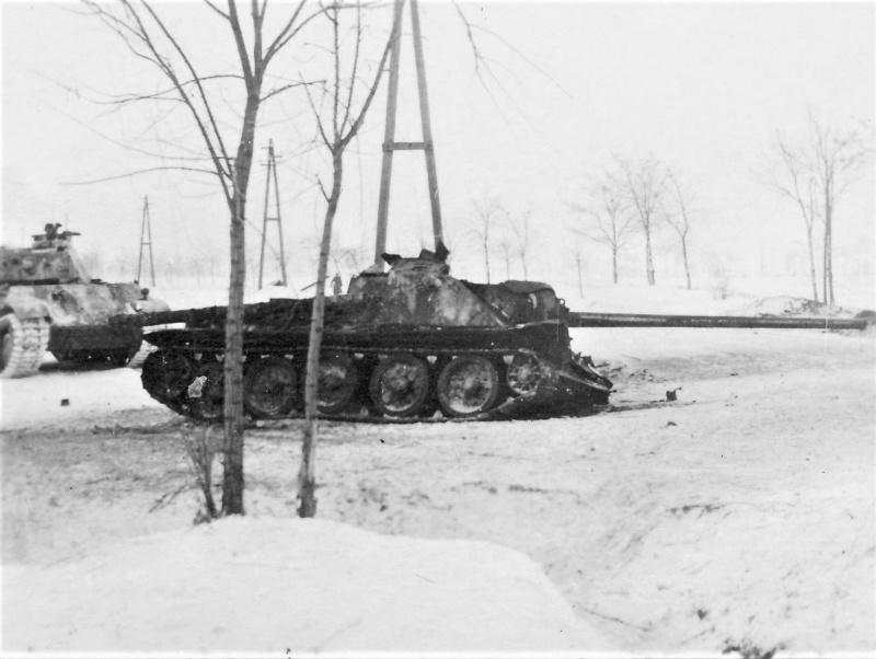 Советская САУ СУ-100, подбитая в ходе боев в Венгрии. На втором плане танк вермахта Pz.Kpfw.V «Пантера».