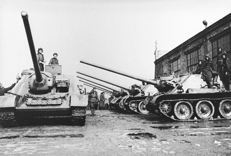 Советские самоходные установки СУ-100 во дворе завода «Уралмаш» перед отправкой на фронт.