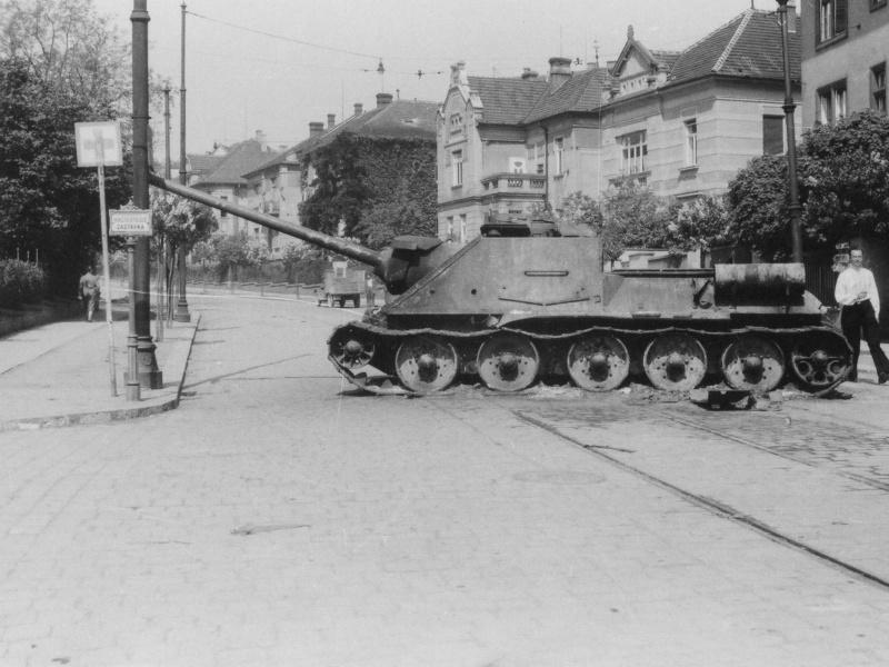 Советская САУ СУ-100, подбитая и сгоревшая в чешском городе Брно (Brno) на улице Údolní.