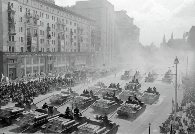 Советские самоходные артиллерийские установки СУ-100 движутся к Красной Площади для участия в Параде Победы.